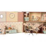 Livre Maison Mouse Book House - Maileg - Disponible au magasin L'Îlot Lamp' à Granville et sur notre site. Retrouvez la collection MAILEG !