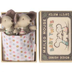 Baby Mice Twins in Box - Maileg - Disponible au magasin L'Îlot Lamp' à Granville et sur notre site. Retrouvez la collection MAILEG !