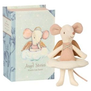 Angel Mouse Big Sister in Book - Maileg - Disponible au magasin L'Îlot Lamp' à Granville et sur notre site. Retrouvez la collection MAILEG !