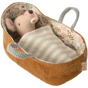 Baby Mouse in Carrycot - Maileg - Disponible au magasin L'Îlot Lamp' à Granville et sur notre site. Retrouvez la collection MAILEG !