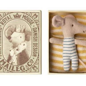 Baby Mouse Sleepy/Wakey in Box Boy - Maileg - Disponible au magasin L'Îlot Lamp' à Granville et sur notre site. Retrouvez la collection MAILEG !