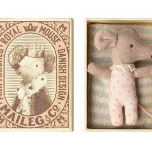 Baby Mouse Sleepy/Wakey in Box - Maileg - Disponible au magasin L'Îlot Lamp' à Granville et sur notre site. Retrouvez la collection MAILEG !