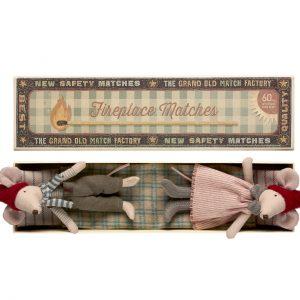 Christmas Mice Mum and Dad - Maileg - Disponible au magasin L'Îlot Lamp' à Granville et sur notre site. Retrouvez la collection MAILEG !