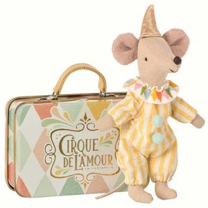 Clown Mouse in Suitcase - Maileg - Disponible au magasin L'Îlot Lamp' à Granville et sur notre site. Retrouvez la collection MAILEG !