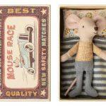 Little Brother Mouse in Box - Maileg - Disponible au magasin L'Îlot Lamp' à Granville et sur notre site. Retrouvez la collection MAILEG !