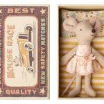 Little Sister Mouse in Box - Maileg - Disponible au magasin L'Îlot Lamp' à Granville et sur notre site. Retrouvez la collection MAILEG !
