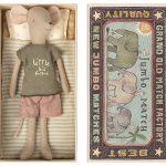 Medium Mouse in Box Boy - Maileg - Disponible au magasin L'Îlot Lamp' à Granville et sur notre site. Retrouvez la collection MAILEG !