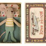 Little Brother Mouse in Box Petrol - Maileg - Disponible au magasin L'Îlot Lamp' à Granville et sur notre site. Retrouvez la collection MAILEG !