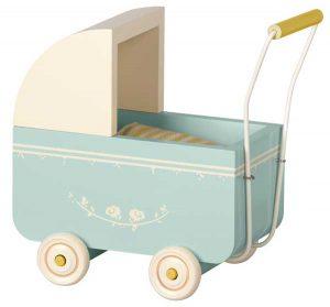 Landau Pram Micro Blue - Maileg - Disponible au magasin L'Îlot Lamp' à Granville et sur notre site. Retrouvez la collection MAILEG !