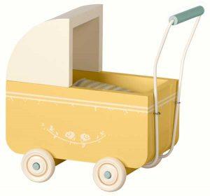 Landau Pram My Yellow - Maileg - Disponible au magasin L'Îlot Lamp' à Granville et sur notre site. Retrouvez la collection MAILEG !