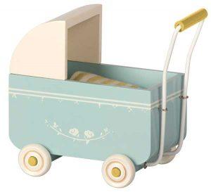 Landau Pram My Blue - Maileg - Disponible au magasin L'Îlot Lamp' à Granville et sur notre site. Retrouvez la collection MAILEG !