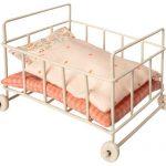 Lit Métal Baby Cot Micro - Maileg - Disponible au magasin L'Îlot Lamp' à Granville et sur notre site. Retrouvez la collection MAILEG !