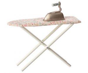 Table et Fer à Repasser - Maileg - Disponible au magasin L'Îlot Lamp' à Granville et sur notre site. Retrouvez la collection MAILEG !