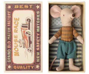 Mouse Big Brother in Box - Maileg - Disponible au magasin L'Îlot Lamp' à Granville et sur notre site. Retrouvez la collection MAILEG !