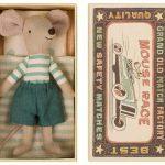 Big Brother Mouse in Box Green - Maileg - Disponible au magasin L'Îlot Lamp' à Granville et sur notre site. Retrouvez la collection MAILEG !