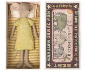 Medium Mouse in Box Girl - Maileg - Disponible au magasin L'Îlot Lamp' à Granville et sur notre site. Retrouvez la collection MAILEG !