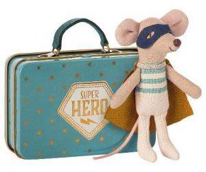Superhero Mouse in Suitcase - Maileg - Disponible au magasin L'Îlot Lamp' à Granville et sur notre site. Retrouvez la collection MAILEG !