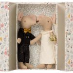 Wedding Mice Couple In Box - Maileg - Disponible au magasin L'Îlot Lamp' à Granville et sur notre site. Retrouvez la collection MAILEG !
