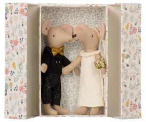 Wedding Mice Couple In Box - Maileg - Disponible au magasin L'Îlot Lamp' à Granville et sur notre site. Retrouvez la collection MAILEG !